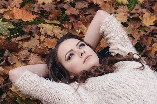 dziewczyna leży na liściach