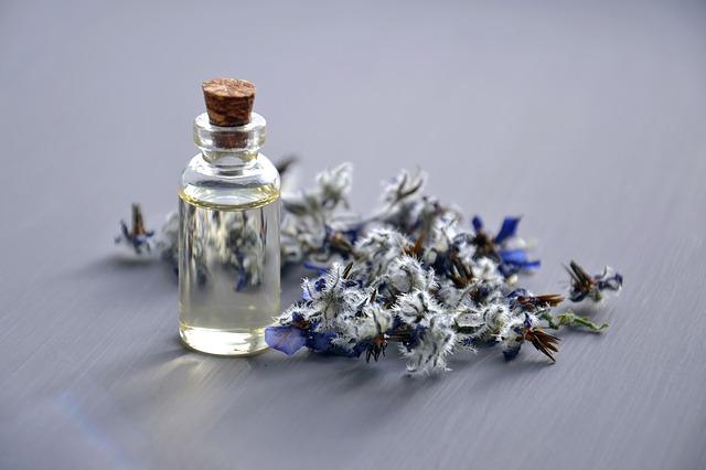 kosmetyk w szklanym flakoniku