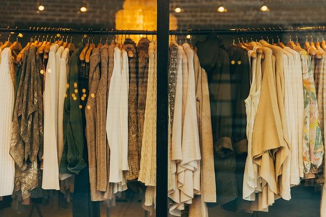 ubrania na witrynie