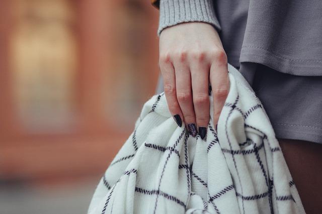 Kobieta z chustką w ręce