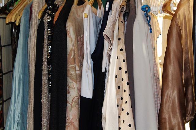 Stylowe sukienki dla puszystych – jakie fasony, kolory, materiały wyszczuplają?