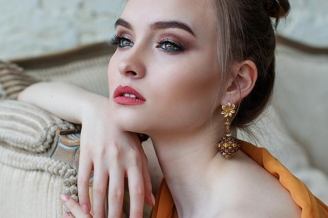 Dziewczyna z wiszącymi kolczykami