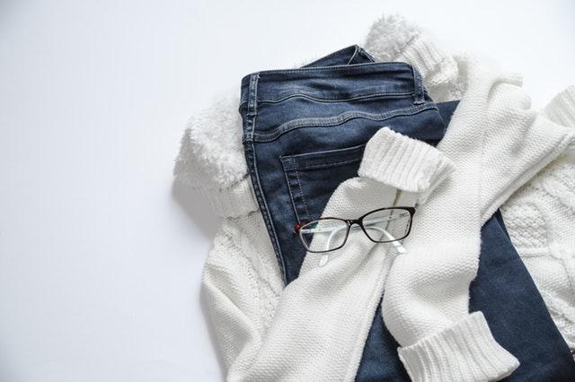 Sweter przytulający dżinsy