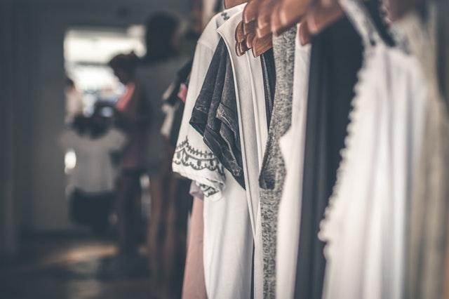 Minimalizm w garderobie – czyli jak pozbyć się zbędnych ubrać i zawsze mieć co na siebie włożyć?