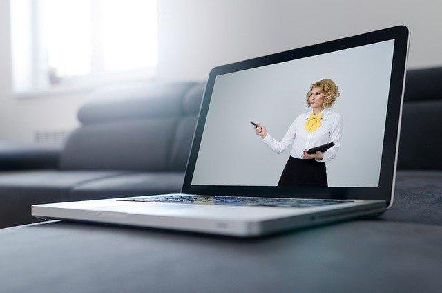Kobieta na ekranie komputera