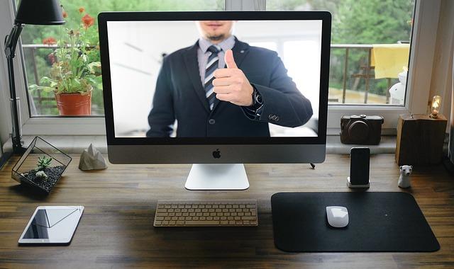 Mężczyzna w garniturze na ekranie komputera