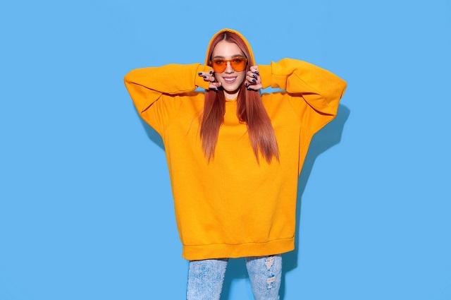 Kobieta w żółtej bluzie